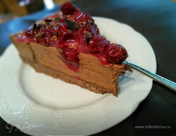 Шоколадно-муссовый торт с вишней