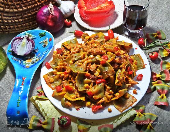 Фарфалле с курицей в томатном соусе