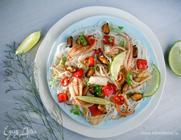 Морепродукты с овощами и рисовой вермишелью