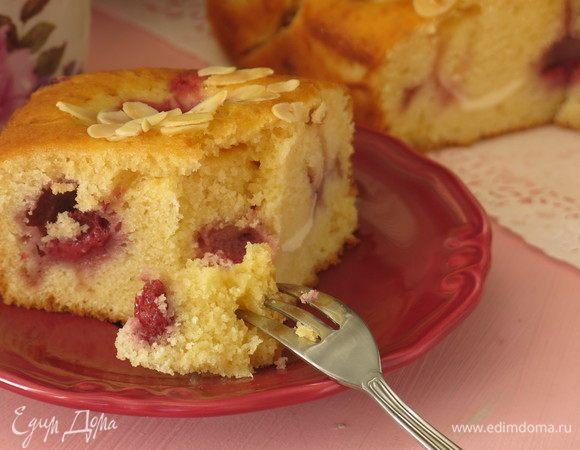 Клубнично-миндальный пирог с сырными шариками