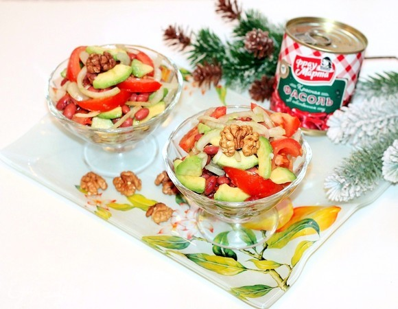 Фасолевый салат с авокадо и орешками