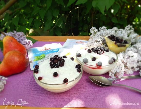 Сливочное мороженое с грушей и ягодами