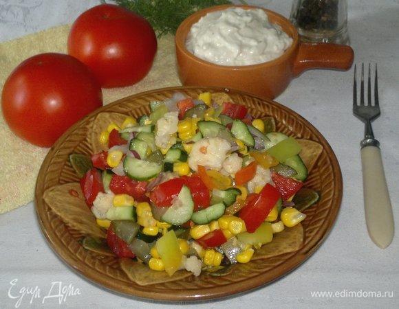 Салат из свежих и маринованных овощей с имбирным соусом
