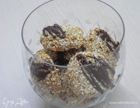 Кунжутно-кокосовое печенье с финиками