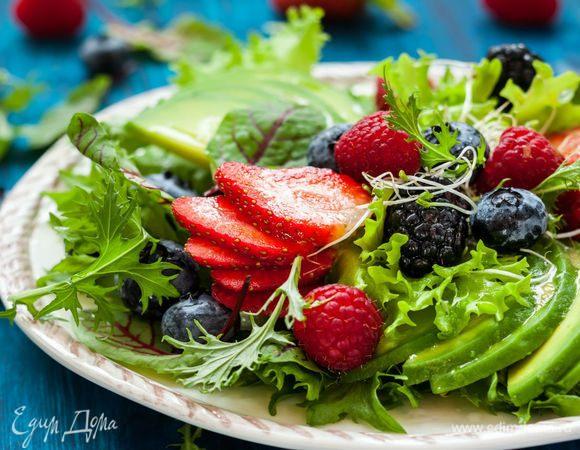 Витаминные салаты: фрукты против овощей