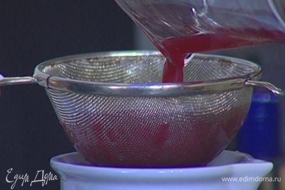 Из гранатов и апельсинов выжать сок, перемешать и процедить через сито, чтобы избавиться от мякоти апельсинов.