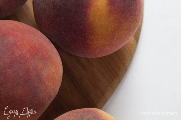 Персики разрезать пополам и удалить косточки, мякоть измельчить в блендере.