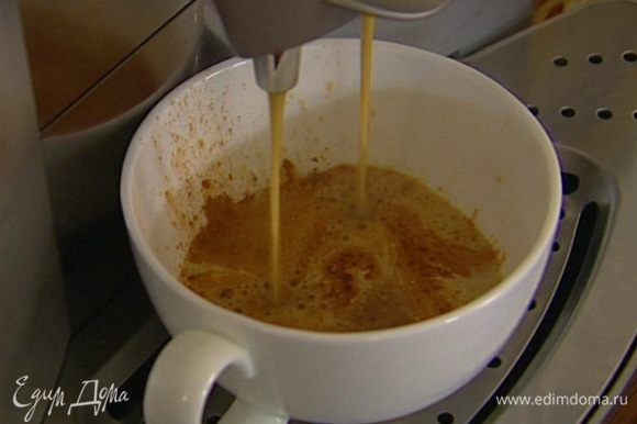 Приготовить крепкий кофе-эспрессо, растворить в нем сахар.