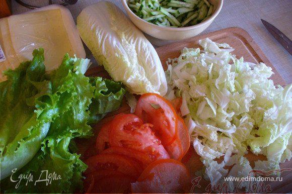 Пока она готовится, сделать остальную начинку: натереть на терке огурцы, порубить салат и капусту. Помидоры порезать тонкими кружочками.