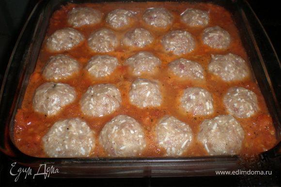 Затем в наш томатный соус опускаем тефтели и убираем в духовку на 30 минут до корочки.