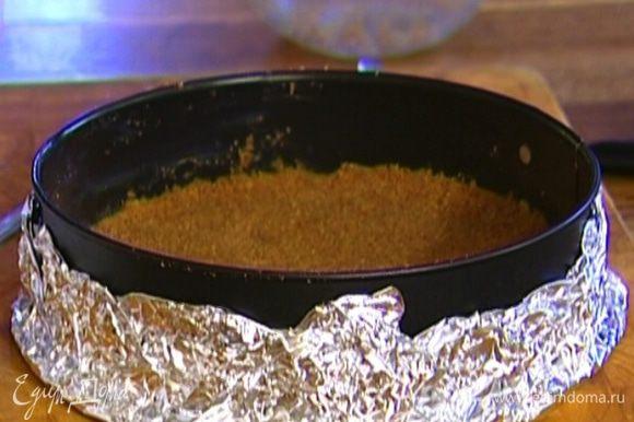 Форму для выпечки смазать оставшимся сливочным маслом и выложить печенье. Слегка прижать рукой и отправить в холодильник на 30 минут.