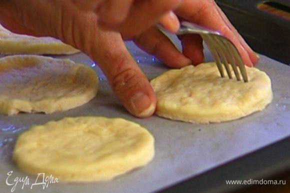 Противень застелить бумагой для выпечки, смазать ее оливковым маслом. Выложить на бумагу кусочки теста, наколоть их вилкой в нескольких местах и поставить противень в разогретую духовку на 10–12 минут.