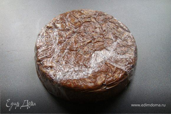 Концами пленки закрыть торт, вынуть его из формы и убрать в морозилку на ночь