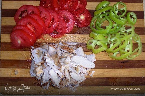 Нарезаем кольцами помидоры,перец. Филе жарим или варим(кто как больше любит) у меня жареное,режем не очень мелко.