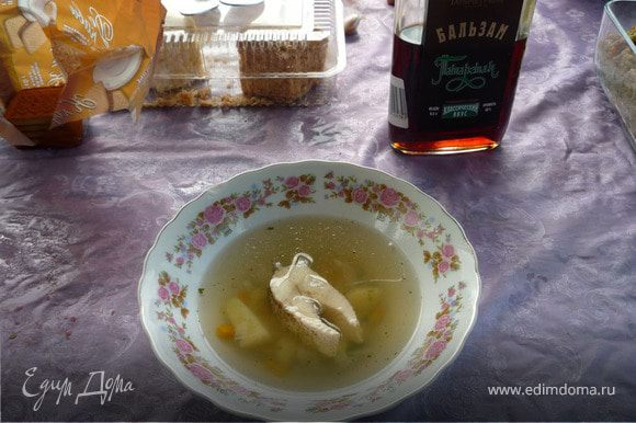 Добавить порезанную щуку,специи,соль и варить 10 минут.Посыпать порубленной зеленью и влить 50 грамм водки.Приятного аппетита!!!!