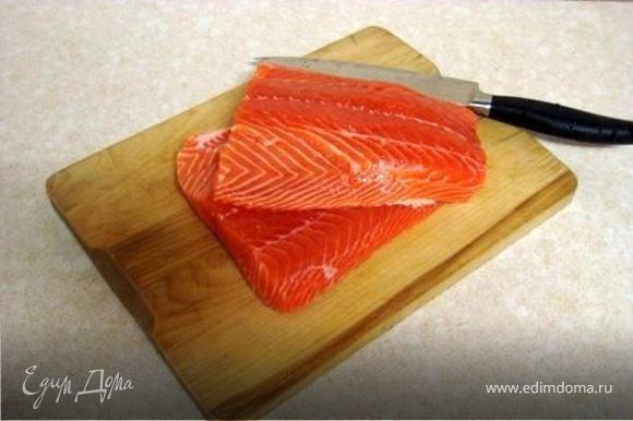 В кастрюлю где жарили лук добавить олив масло.Нарезать рыбу на кубики по 3 см и обжарить с каждой стороны по 2-3 мин. Добавить чеснок .Через минуту с помощью ложки с отверстиями переложить рыбу с чесноком к луку.