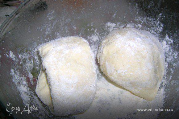 Размягченное сливочное масло,сахар,яйцо,творог,соль смешать. Добавить муку и замесить эластичное тесто. Накрыть пленкой и поставить в холодильник на час- полтора. Вынуть тесто и разделить на 3 части.