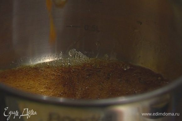 Разогреть в кастрюле 125 мл воды, всыпать сахар и варить около 4 минут, до полного растворения сахара.