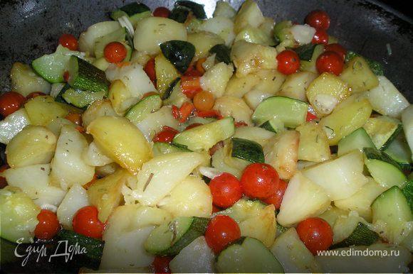 Добавить перец, чеснок, помидоры, розмарин, курицу к картофелю. Посолить. Прогреть все вместе в течение 1 мин. Сразу же подать.
