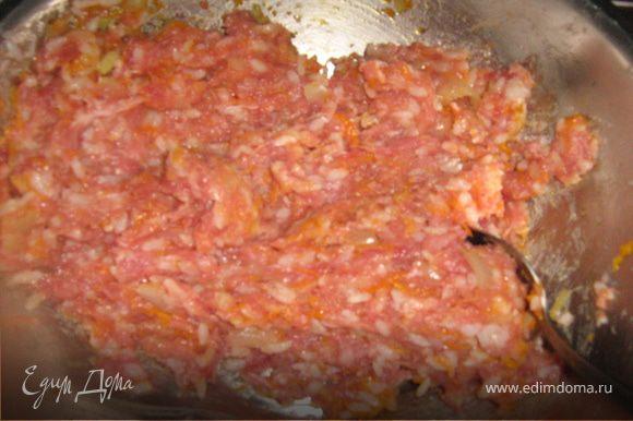 Приготовить мясной фарш, вбить яйцо.Рис отварить в слегка подсоленной воде (немножко не доварить).Лук мелко порубить, морковь натереть на мелкой терке. Припустить овощи на подсолнечном масле, добавить специи по вкусу. Смешать все ингредиенты, при необходимости добавить специи.