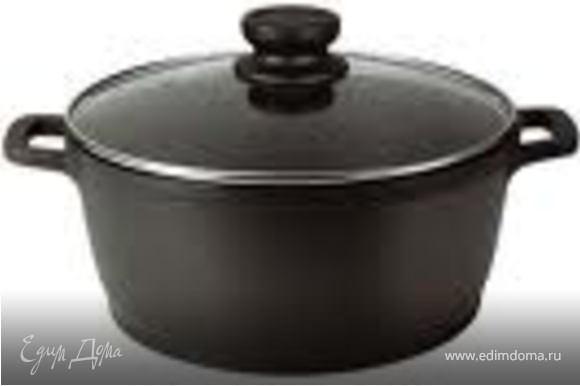 В большой кастрюле вскипятить воду, посолить, добавить перец горошком и лавровый лист. Выложить в кастрюлю капусту, цветную капусту, морковь и варить 10 минут.