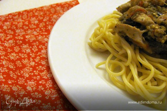 Отварить макароны. На тарелку выложить макароны, сверху выложить мясо с овощами, присыпать свежемолотым перцем.