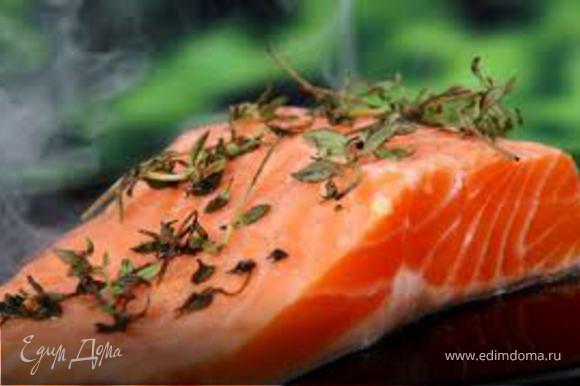 Рыбу завернуть в бумагу, можно в два слоя и убрать в холодильник. Через 48 часов можно начинать есть малосольную форель. Для любителей более просоленной красной рыбы – начинать через 3 ½ суток.