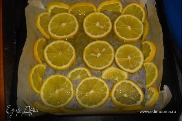 Кильку хорошо промыть, затем удалить голову, внутренности и позвоночник. Не мыть! Форму выстелить бумагой для выпечки, смазать оливковым маслом. Кружками лимона выложить дно и бока формы.
