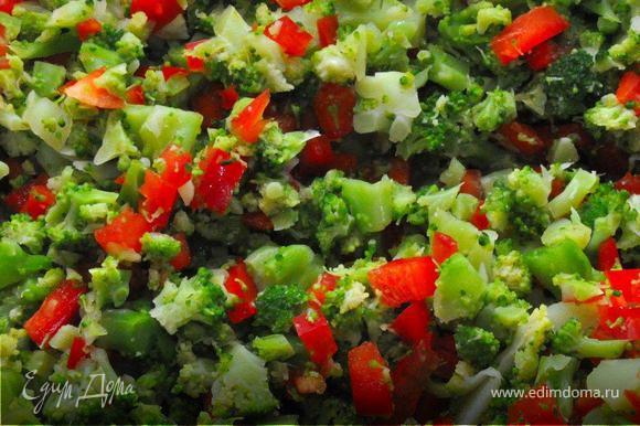 Все ингредиенты мелко нарубите, и смешайте в большой миске. Затем слегка посолите и заправьте майонезом 2-3 порции салата, оставшуюся заготовку можете оставить на следующий день в холодильнике.