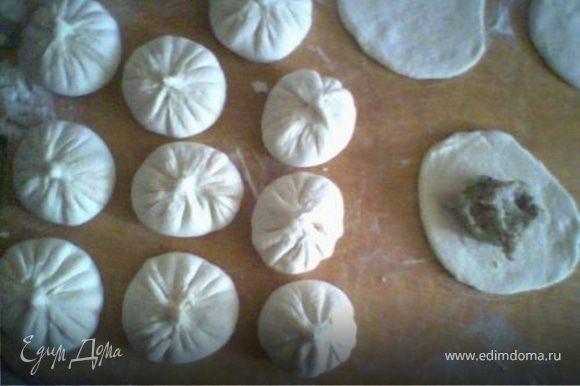 Фарш - Через мясорубку прокрутить мясо, лук, чеснок, добавить соль, молотые семена тмина и перец по вкусу, залить 1 стаканам тёплой воды. Всё перемешать и выложить раскатанные кружочки. Края соеденить так, чтобы получились складки (примерно 18-20 складок)