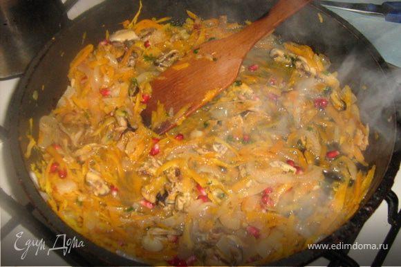 Лук нарезать тонкими полукольцами, разделить на полоски, морковь натереть на терке. Мидии и гранатовые семена полить соевым соусом, оставить на 15-20 минут (пока готовится лук и морковь). Яблоко очистить и мелко порезать. На сковороде поджариваем лук и яблоко. Затем добавляем морковь, специи, немного воды , накрываем крышкой и тушим до готовности. Затем добавляем мидии и гранат. Половину руколы и петрушки мелко нарубить, добавить на сковороду, оставляем на медленном огне на 5 минут.