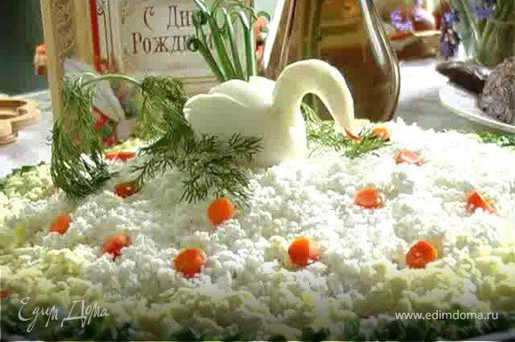 Приготовить смесь из иайонеза и сметаны. Выложить на блюдо слой из половины приготовленной свеклы, толщиной 1 см и промазать его смесью сметаны с майонезом. Таким же образом поступаем с картошкой, морковью, и белками яиц.