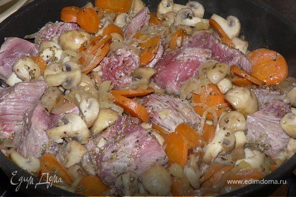 Духовка 190С. Тушить лук несколько минут на оливковом. Подбавить огонь и добавить сливочное масло, морковку, грибы, сельдерей, чеснок. Пару минут подержать, добавить мясо, тимьян, соль и перец.