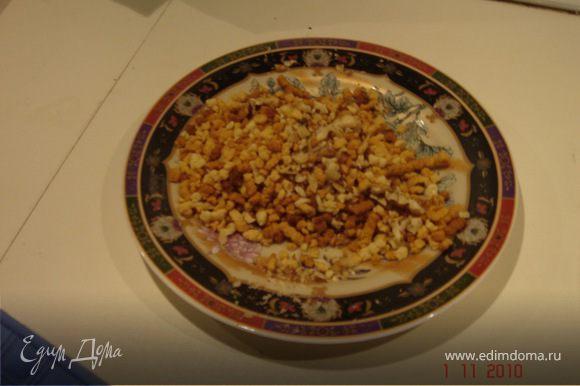 Отложить немного крема и крошки, в последнюю добавить резаные мелко орехи.