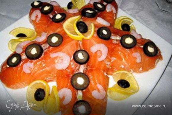 Аккуратно накрыть салат тонкими ломтиками семги или другой лососевой рыбы. Украсить.