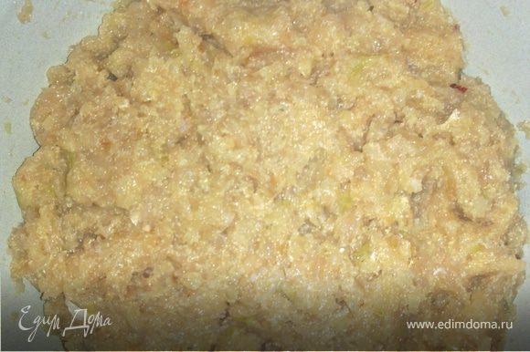 Филе прокрутить вместе с репчатым луком через мясорубку. Посолить, поперчить, можно добавить пряности. Вбить яйцо, манку и хорошо перемешать фарш.