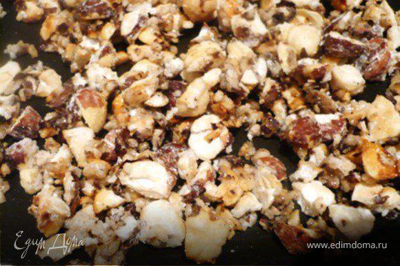 БЕЛАЯ НАЧИНКА: В маленькую сковородку засыпать орешки и обсыпать их 40 гр. сахарной пудры. Обжаривать, помешивая смазанной маслом вилкой, пока орешки не станут карамелизироваться – то есть сахарная пудра «исчезнет», привратившись в тонкий слой «карамели» на орешках. Готовые орешки остудить.