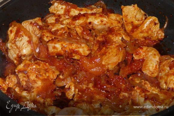 Подождать 3-4 минуты, положить нарезаную полосками куриную грудку. Обжарить почти до готовности, подливая немного воды, если нужно.