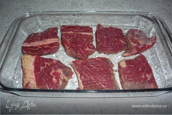 Форму для запекания смазать маслом. Выложить мясо в форму.