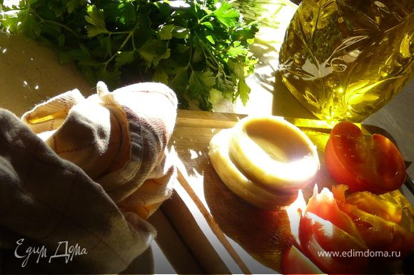 Все компоненты нарезать, как нравится и заправить. Вместо свежего болгарского перца можно использовать печеный, сбрызнутый уксусом и чесноком.