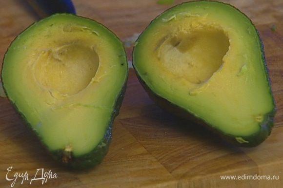 Луковицу и авокадо почистить и мелко нарезать.