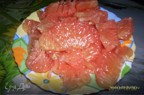 Для начала необходимо правильно очистить грейпфрут. Прежде всего срежьте верхушки, затем кожуру, стараясь снять весь белый горький слой под коркой. аккуратно вырежьте сегментами мякоть.