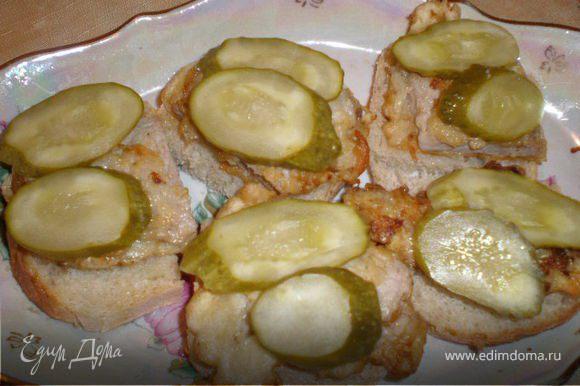 Хлеб подогреваем на сковородке вместе с отбивными, огурцы консервированные режим кружочками. На кусочек хлеба ложем отбивную, сверху огурец.