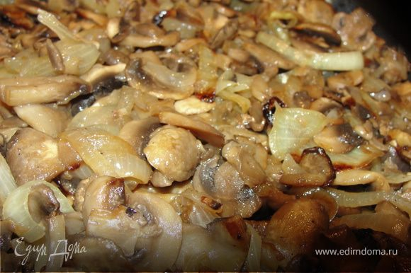 Лук и грибы порезать. Сначала обжарить лук на масле. Добавить грибы и жарить пока не выпарится жидкость из грибов.
