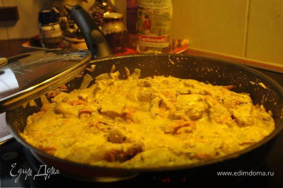 Добавить сметану и мелко порезанную зелень. Попробовать соус и добавить соль, перец по вкусу. Готовить на слабом огне 10-15 мин. под крышкой