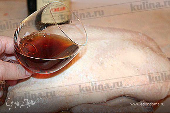 Дайте воде стечь, вытрите утку сухим полотенцем. Возьмите херес и натрите им утку со всех сторон, в том числе и внутри. Дайте ей полежать 10 минут при комнатной температуре.