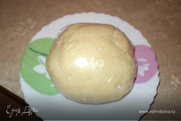 Скатываем тесто в шар, накрываем пленкой и отправляем охладиться на полчасика