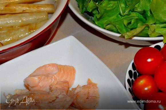 За это время в просторный салатник порвать латук, добавить рукколу и половинки томатов, чуток присолить, посыпать перцем и полить лимонным соком, перемешать руками.