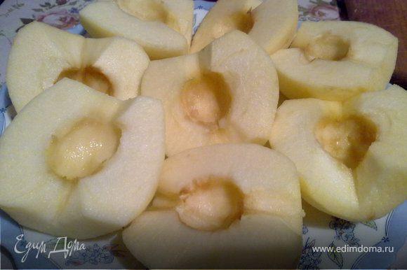 Чистим кожу с яблок и аккуратно вынимает сердцевину, разрезаем яблоки пополам.
