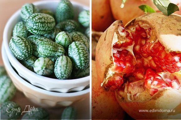 В миске соединить все ингредиенты : помидоры, огурцы с зернами граната и листья салата. В середину выложить творог. Полить оливковым маслом и солью смешанную с пряным миксом.
